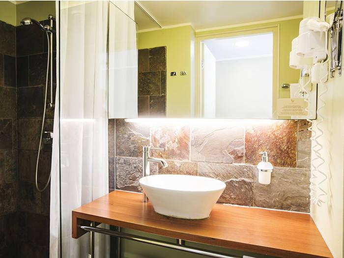 Arī vannas istaba ieturēta mūsdienīgā un mājīgā dizainā.
