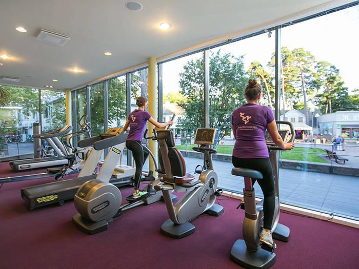 Trenažieru zāle ir aprīkota ar moderniem trenažieriem visām muskuļu grupām.