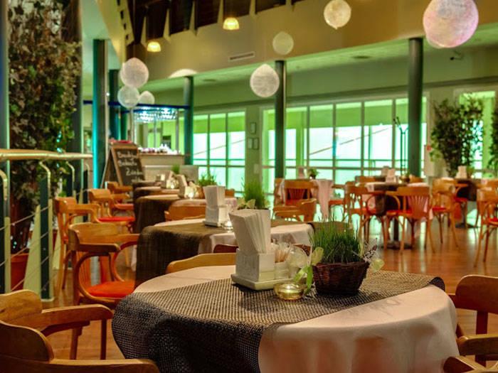 Varēsiet baudīt maltītes arī atraktīvajā viesnīcas restorānā.