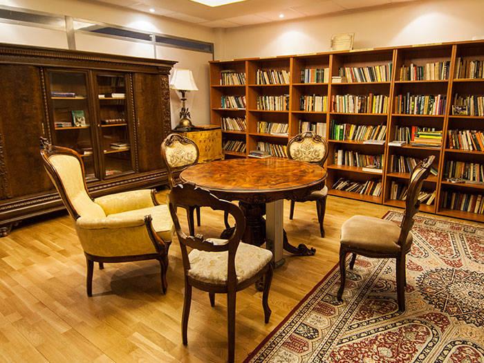 Ja patīk lasīt grāmatas, viesnīcā Jūs gaida mājīga bibliotēka.