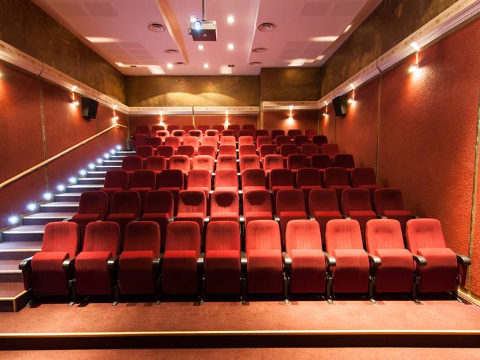 Tos, kas vakarā vēlas doties uz kino, laipni lūdzam iegriezties viesnīcas kinozālē!