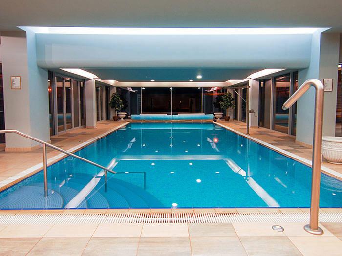 Jūs gaida patīkama un veselīga pelde baseinā.